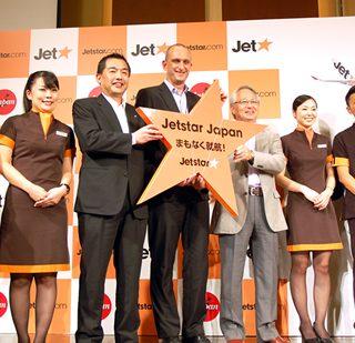 会見に出席した大西JAL社長(写真左から3人目)はじめ3社の代表者ら