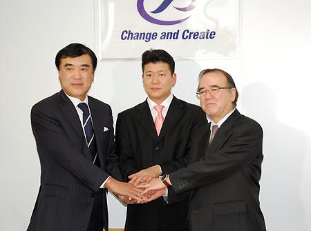 固く握手を交わす平林氏(中央)と澤田・鈴木両氏