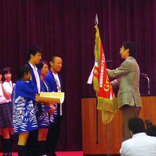 緊張した面持ちで表彰を受ける隠岐島前高校生たち=23日、神戸夙川学院大で