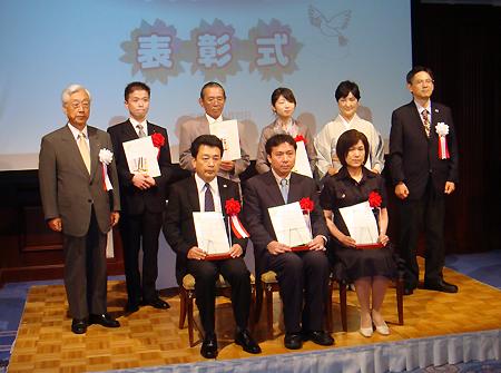 最優秀賞を受賞したホテル秀水園 (前列左=湯通堂社長)らを表彰