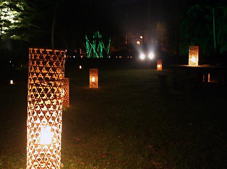 温泉街に1500個の灯籠を設置した