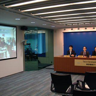 3ヵ国との中継映像(左)に語りかける日本側関係者