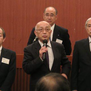 (前列左から)鶴田社長、佐藤名誉会長、星新会長、(後列)佐藤和志会長