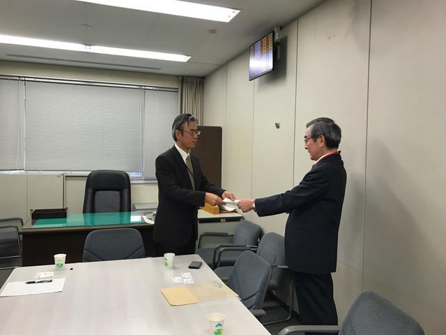 経産省国際標準課の藤代課長(左)に要望書を渡す温泉協会の岡村会長