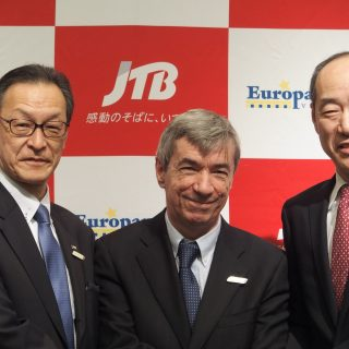 記者発表会に出席した(左から)JTBグローバルマーケティング&トラベルの座間社長、ヨーロッパムンドバケーションズのガルシア社長、JTBの坪井取締役